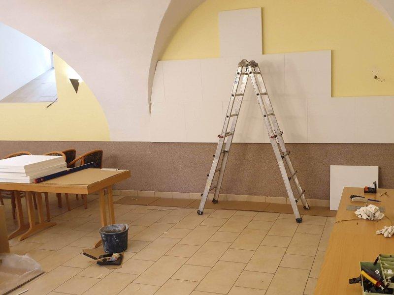 Schallschutzplatten werden im Graf Ernst Saal eingebaut