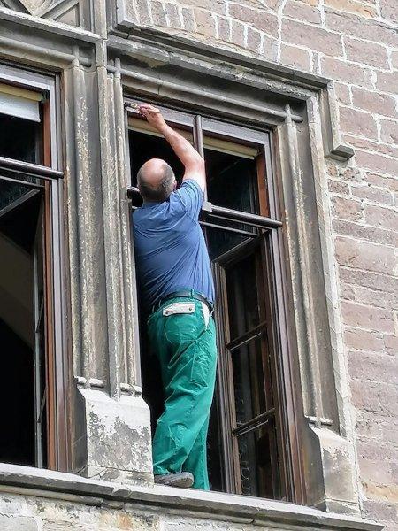Fensterrahmen werden in der historischen Mitteletage gestrichen
